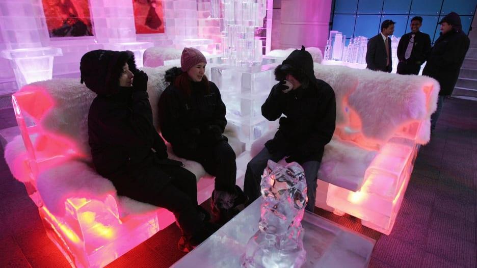 ادخل إلى المقهى الجليدي في دبي..هرباً من حرارة الصحراء