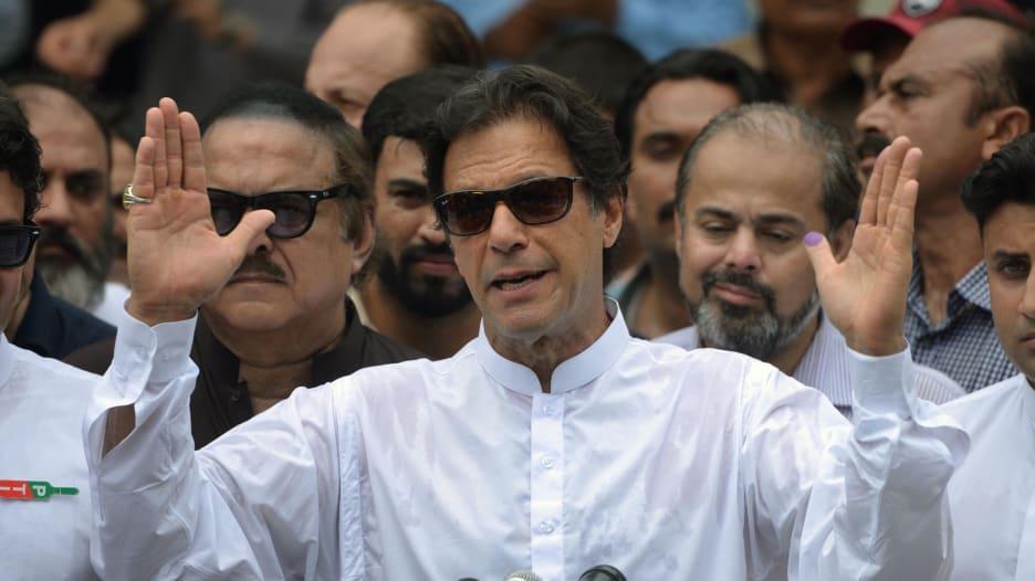 من لاعب كريكيت إلى رئيس وزراء باكستان.. تعرف إلى عمران خان