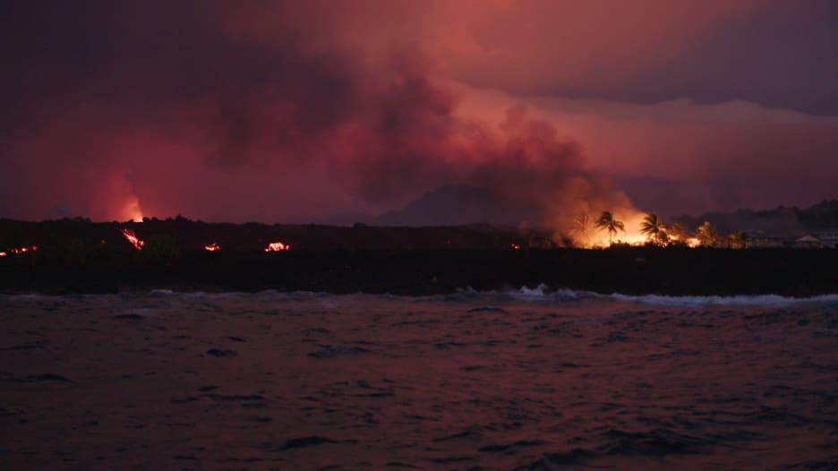 اقترب من الحمم البركانية مع مصور مولع بملاحقتها