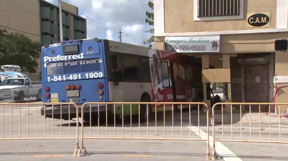 حادث عجيب.. حافلة تصطدم بمنى تاريخي وازالتها يهدد بانهياره