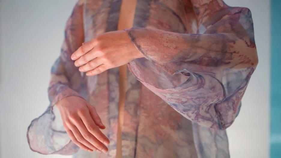 مصممة أزياء تطور أقمشة تعيش عليها البكتيريا.. هل ترتديها؟