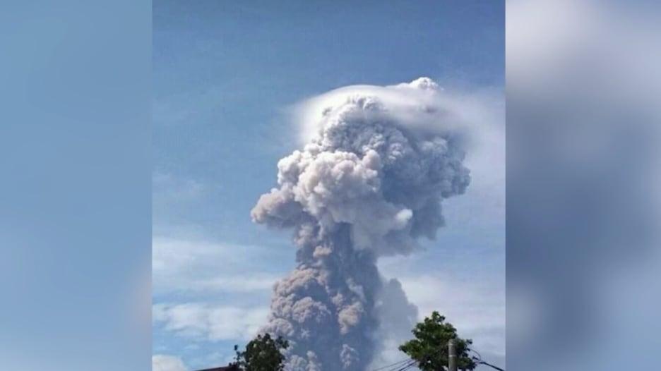 الكوارث تتوالى.. لحظة ثوران بركان في إندونيسيا