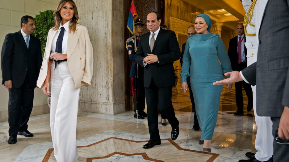 """السيسي وزوجته يستقبلان ميلانيا ترامب بـ""""حفاوة"""""""