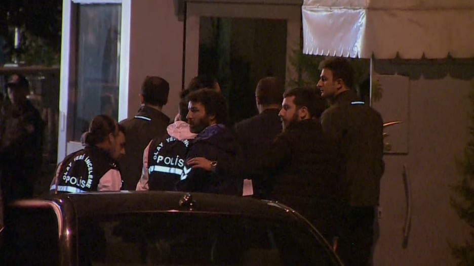 لحظة دخول المحققين الأتراك إلى القنصلية السعودية في إسطنبول