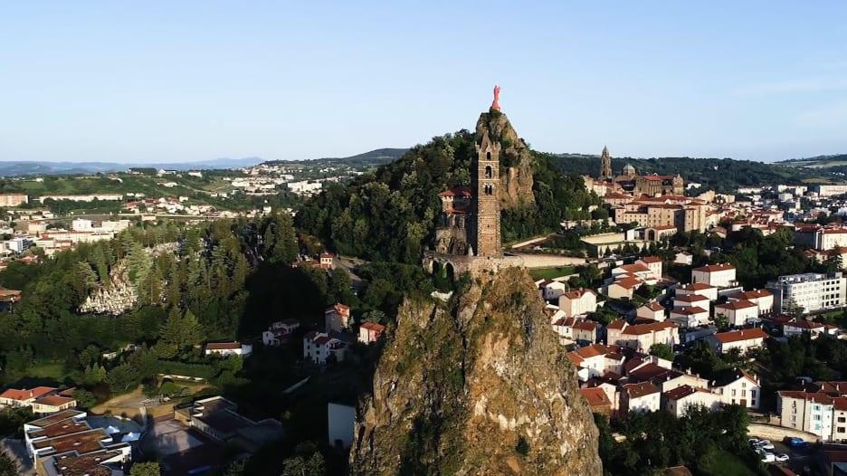 في فرنسا .. كنيسة ترتفع من بركان