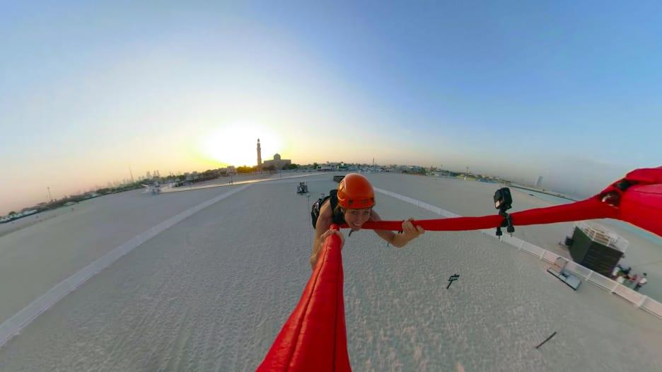 """لعشاق المغامرة والتحدي.. أسرع """"مقلاع بشري"""" في مدينة دبي"""