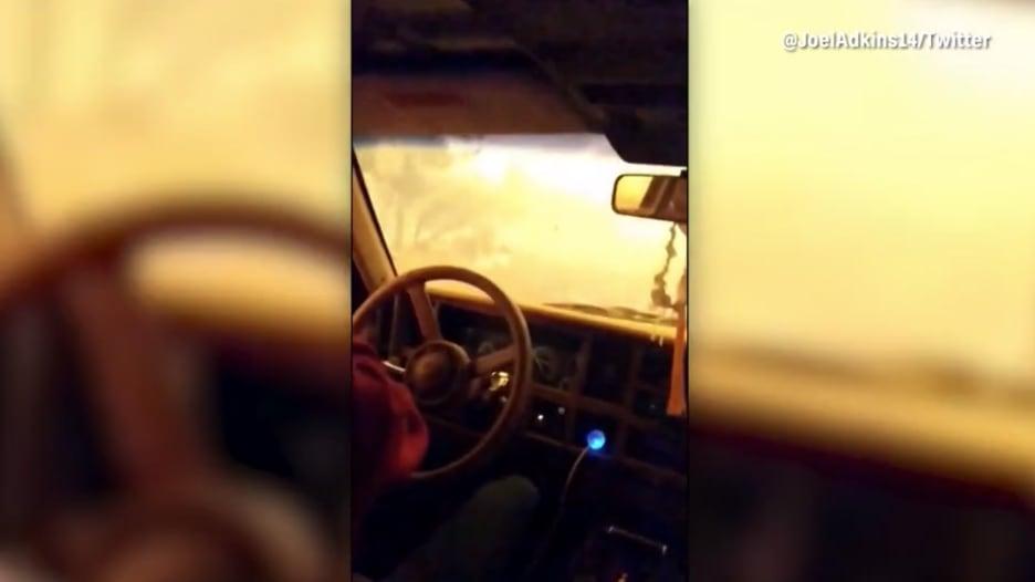 بكاء وهلع.. أمريكيون حاصرتهم النيران داخل سياراتهم