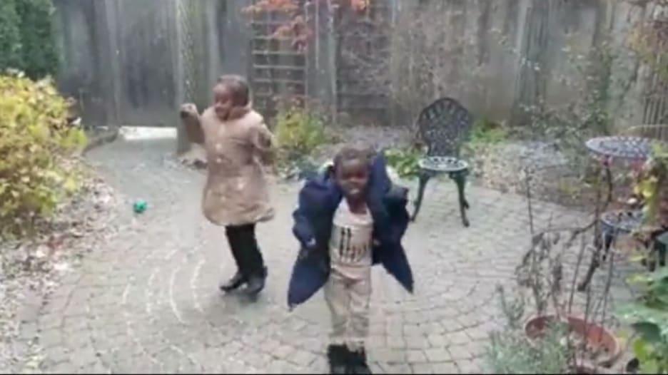 هكذا كان رد فعل أطفال لاجئين يرون الثلوج لأول مرة