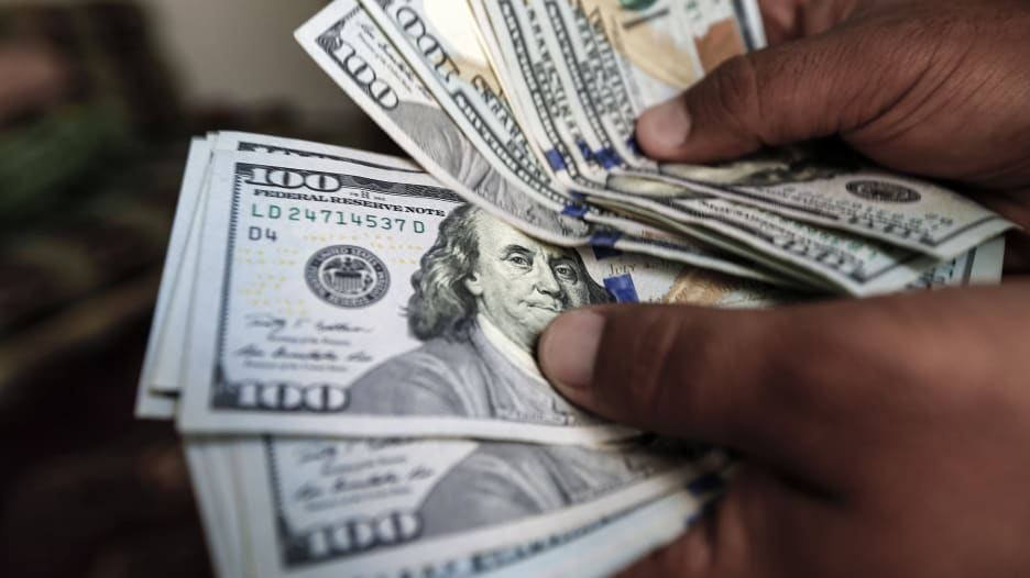 علاقة الدولار بالذهب الأسود وتأثير الديون الأمريكية عليه
