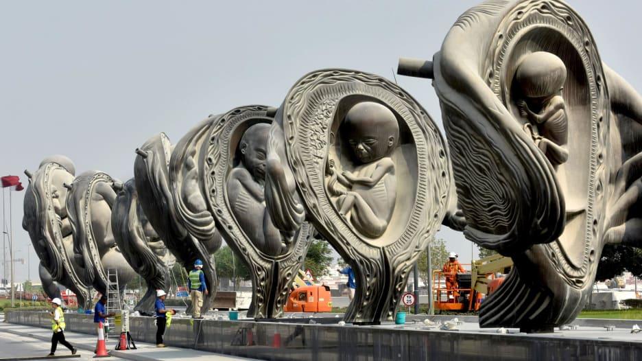 من الحمل للولادة.. منحوتات فنية لتطور الأجنة يُكشف عنها بقطر
