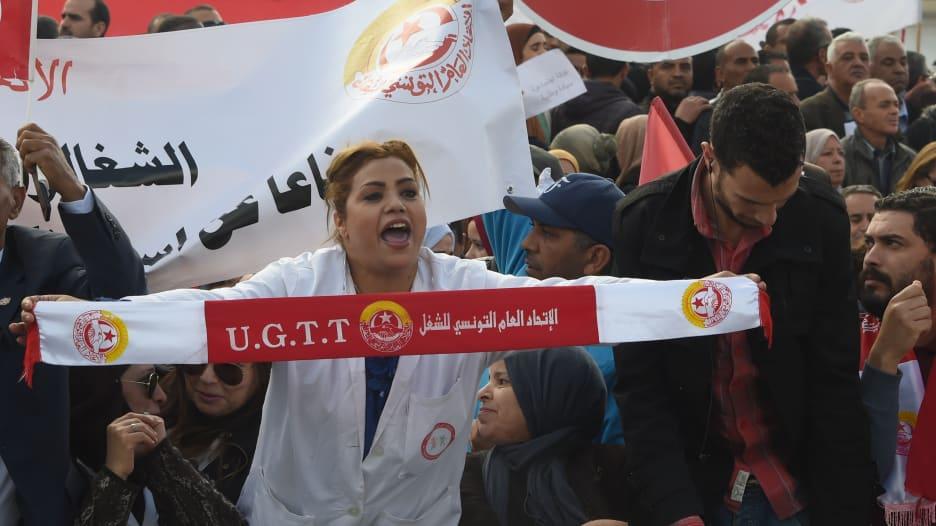 دعوة لإضراب جديد في تونس بسبب الأجور.. فما علاقة صندوق النقد