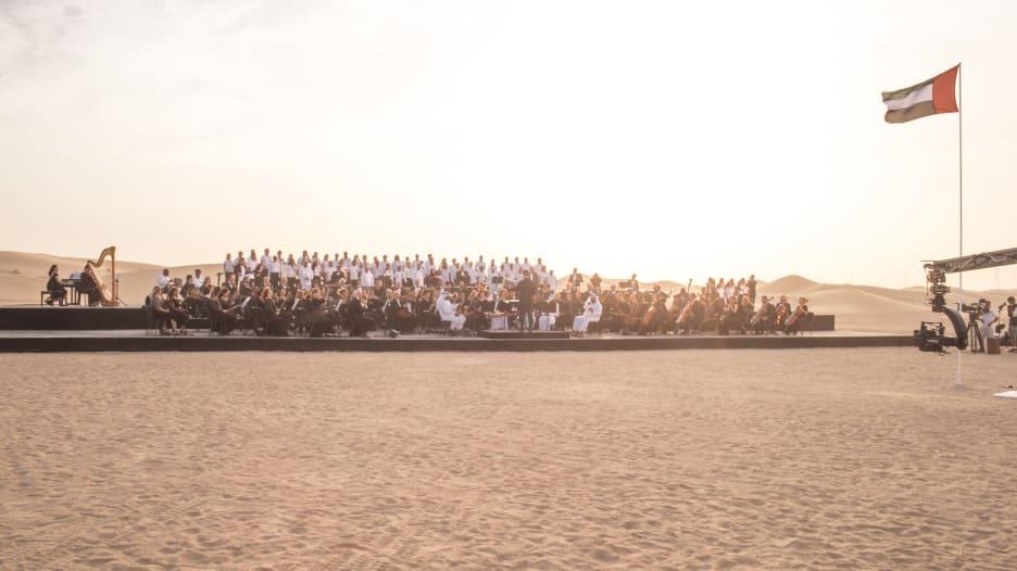 أوركسترا وسط صحراء دبي.. أداء موسيقي حالم