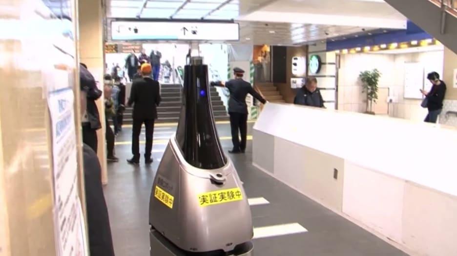 لماذا يتجول هذا الروبوت في محطة قطار باليابان؟