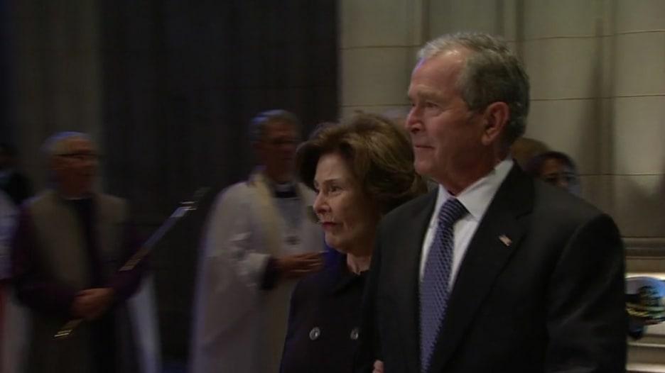 شاهد الجنازة.. بوش الابن في وداع الأب