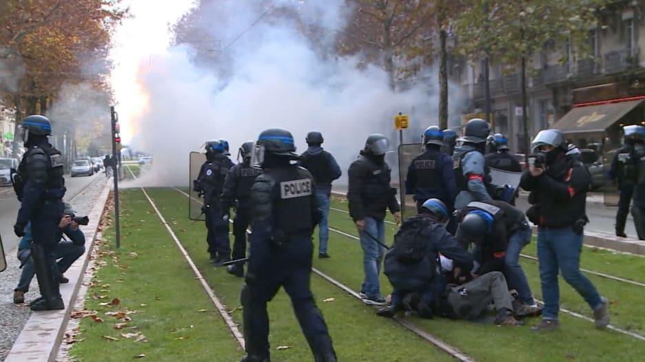 """احتجاجات """"السترات الصفراء"""".. الشرطة تواجه حشودا من الطلاب"""