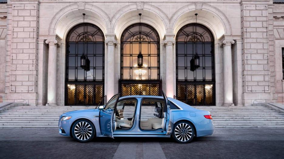 شاهد الأبواب المجنونة لسيارة لينكون الجديدة بـ100 ألف دولار