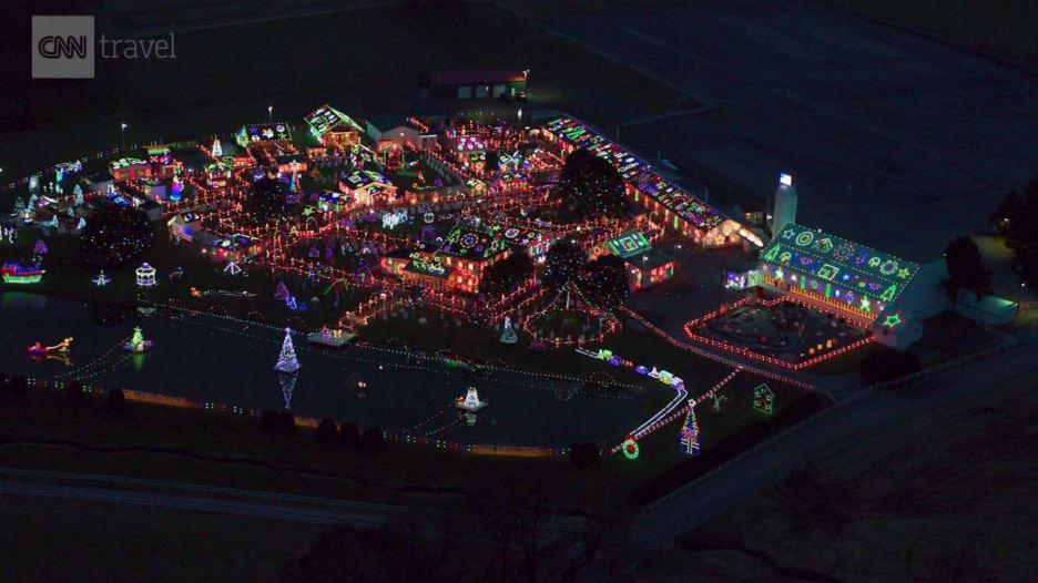 مليون مصباح احتفالا بالكريسماس في بلدة عيد الميلاد.. كيف بدت