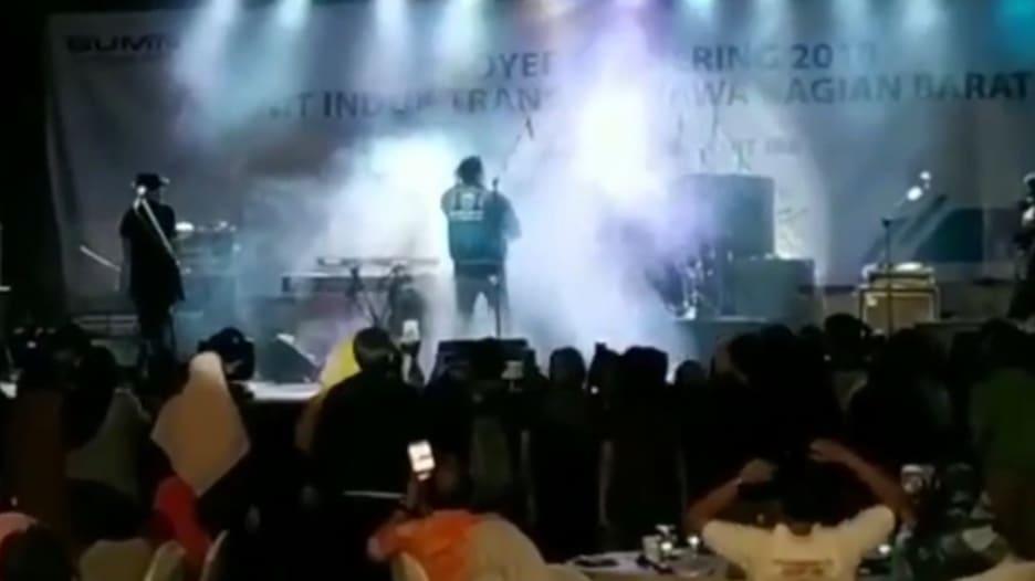 تسونامي يقتل 843 شخصا في إندونيسيا.. ويغافل حفلا موسيقيا