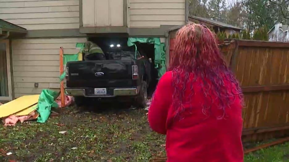 طفلة تنجو من الموت بعد اقتحام شاحنة غرفة نومها وتحطيم سريرها