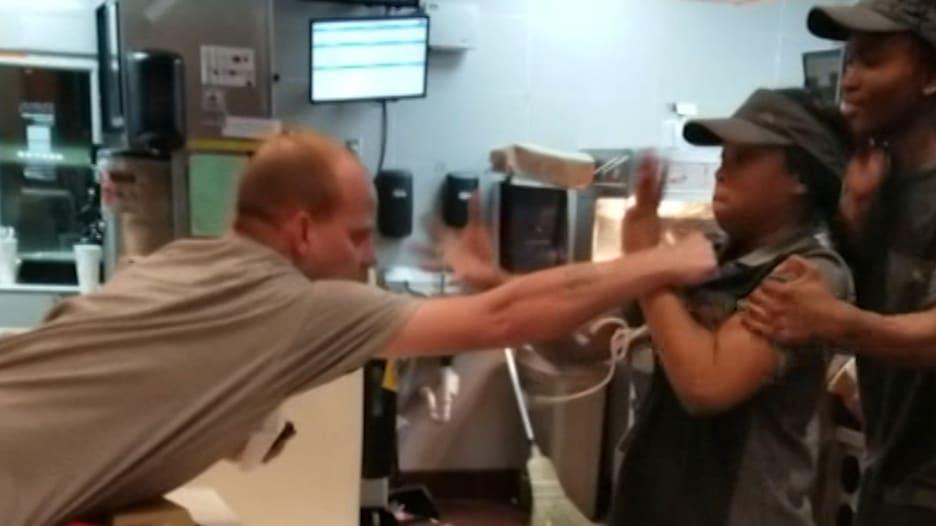 عراك بين زبون وموظفة بمطعم ماكدونالدز.. وهذا السبب