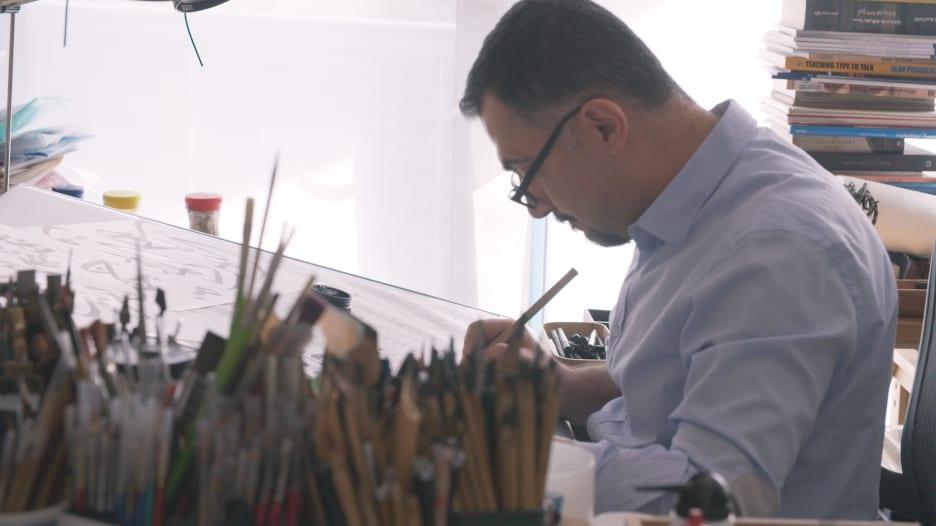 """يصفونه بـ""""المتمرد"""".. كيف خرج هذا الفنان العراقي عن المألوف بشكل الحروف"""