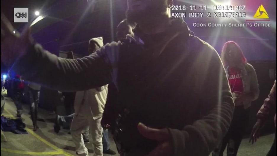 شاهد لحظة قتل الشرطة الأمريكية حارس أمن أمام حانة