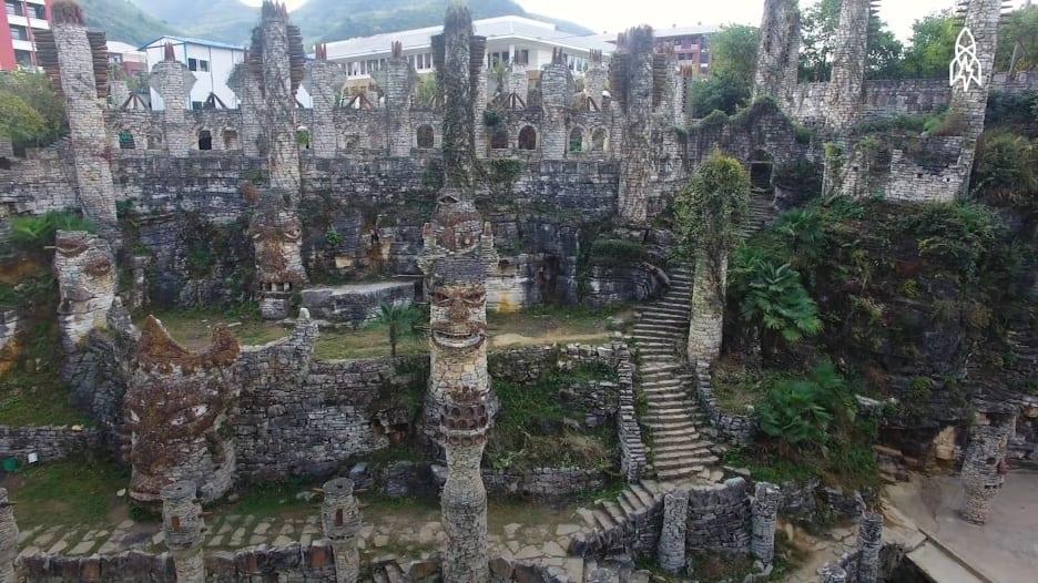 لتكريم حضارة قديمة..رجل يبني قرية عبارة عن تحفة فنية بالصين