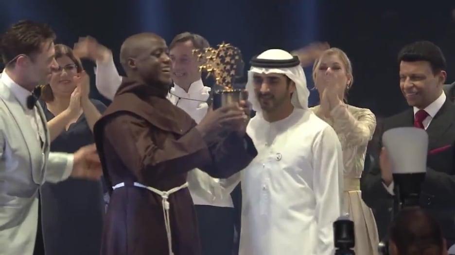 معلّم كيني يفوز بمليون دولار في دبي بعد تبرعه بأغلب راتبه للفقراء