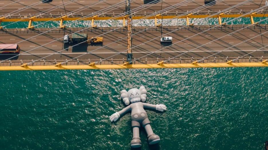 ما قصة هذا التمثال الذي يطفو على سطح المياه في هونغ كونغ؟