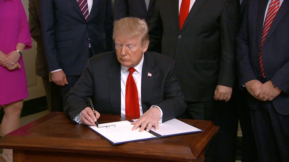 لحظة توقيع ترامب على الاعتراف بسيادة إسرائيل على الجولان