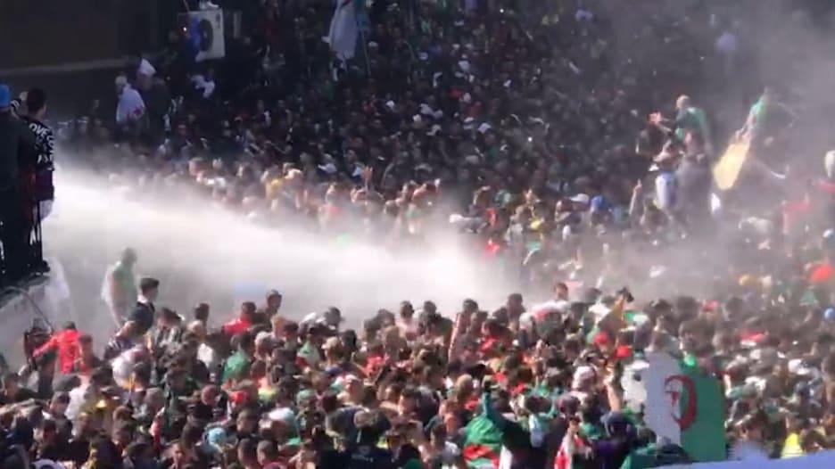 الشرطة تستخدم خراطيم المياه لتفريق المتظاهرين الجزائريين
