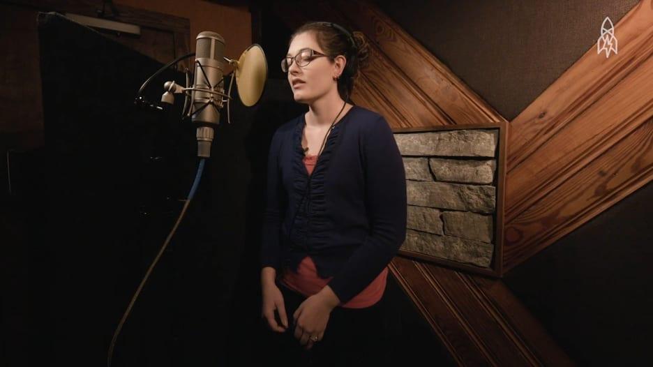 هذه المغنية الصماء تستخدم الاهتزازات لصنع الموسيقى