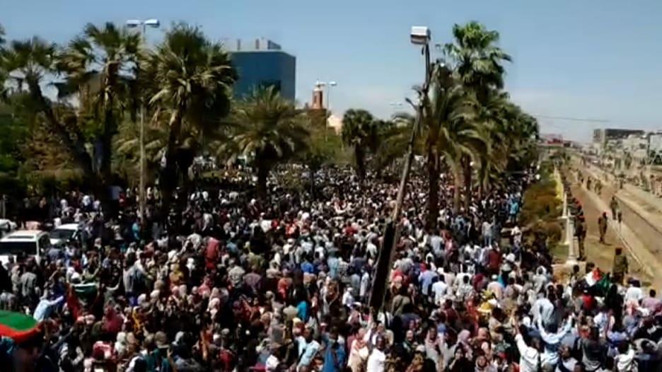 """مظاهرة """"حاشدة"""" أمام مقر الجيش السوداني.. تقابل بالغاز المسيل للدموع"""