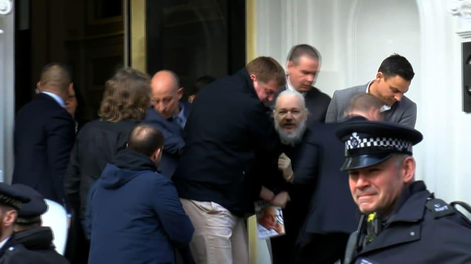 """شاهد.. لحظة إخراج جوليان أسانج من سفارة الإكوادور """"حملاً"""""""