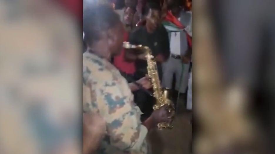 شاهد.. جنود سودانيون يعزفون الموسيقى بعد عزل البشير