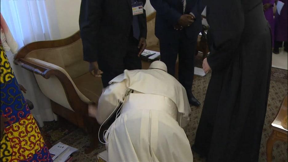 بابا الفاتيكان يقبل أقدام زعماء جنوب السودان من أجل السلام