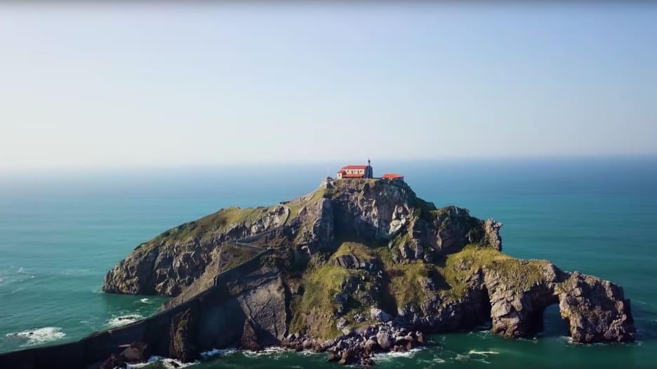 جزيرة في إسبانيا.. ممر ضيق يقود الى معبد يسجن فيه السحرة