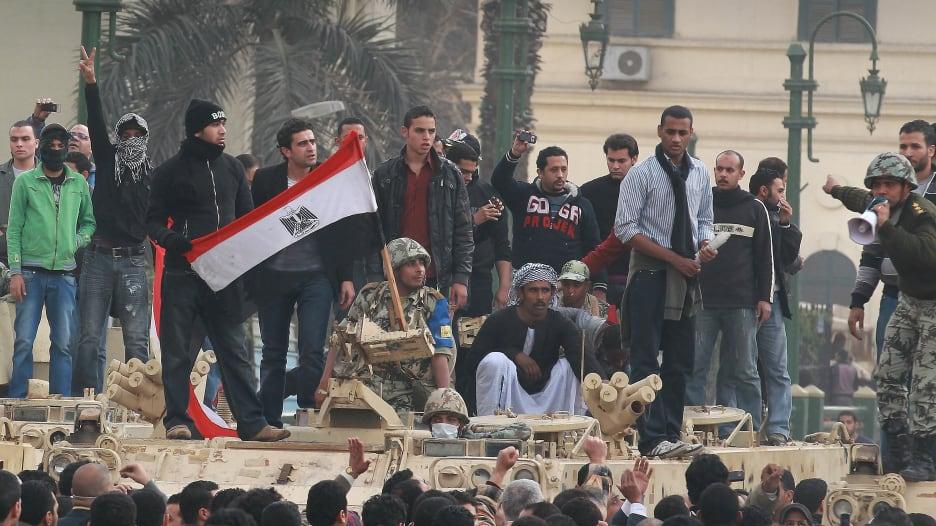 """بين السلطة والشعب.. هكذا تعاملت الجيوش مع """"الربيع العربي""""؟"""