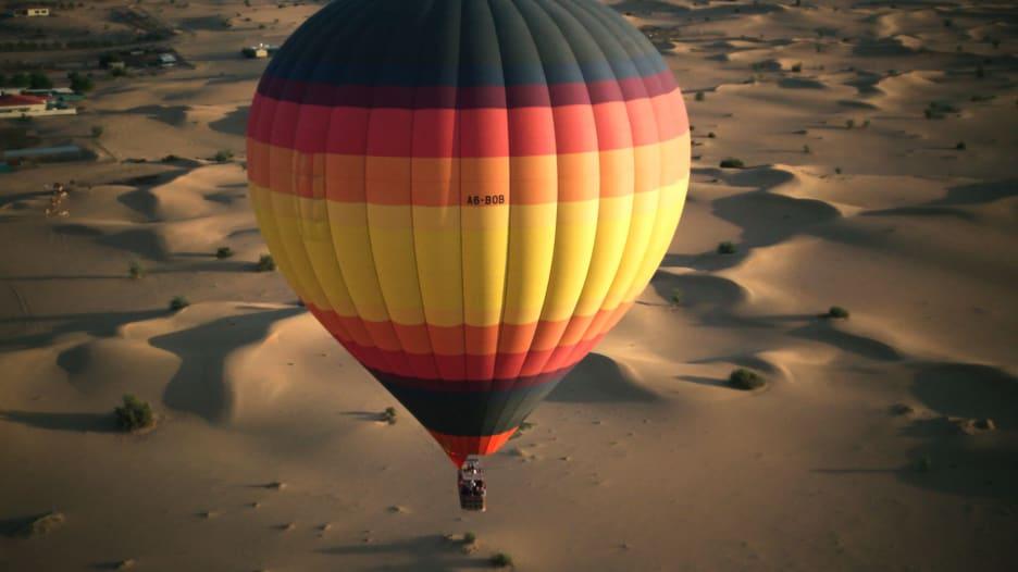 قابلوا أول طيارة لمنطاد الهواء الساخن في الإمارات
