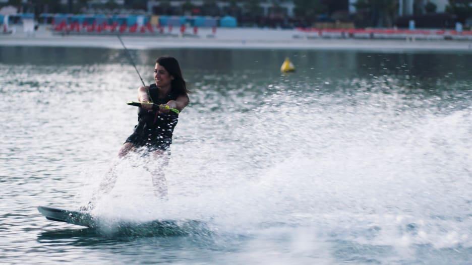 كيف تعمل هذه المرأة على تخفيف قلقها من خلال الرياضة في دبي؟