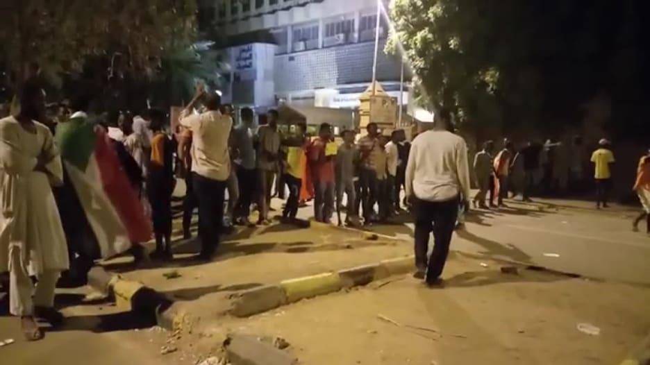 إزالة حواجز بشرية حول موقع الاعتصام بالسودان أمام مقر الجيش