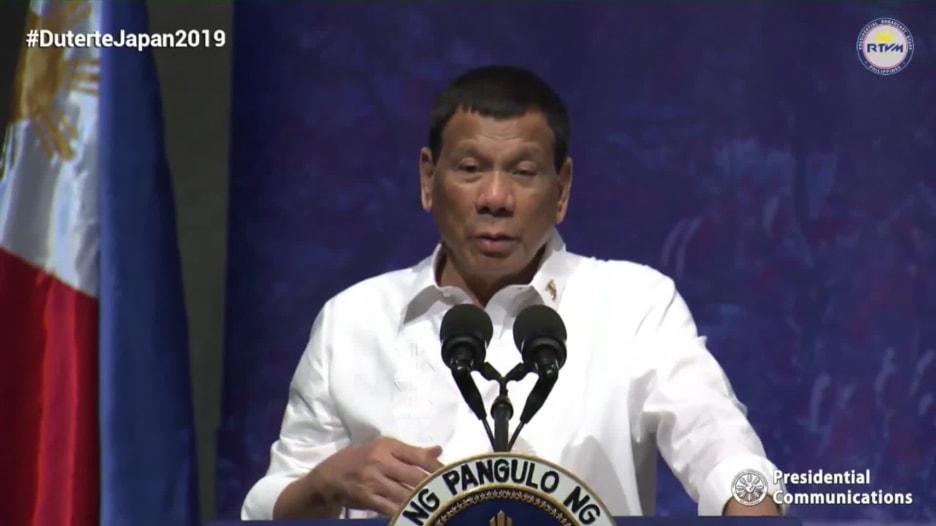 رئيس الفلبين: كنت مثلياً قبل أن أُشفى على يد النساء الجميلات