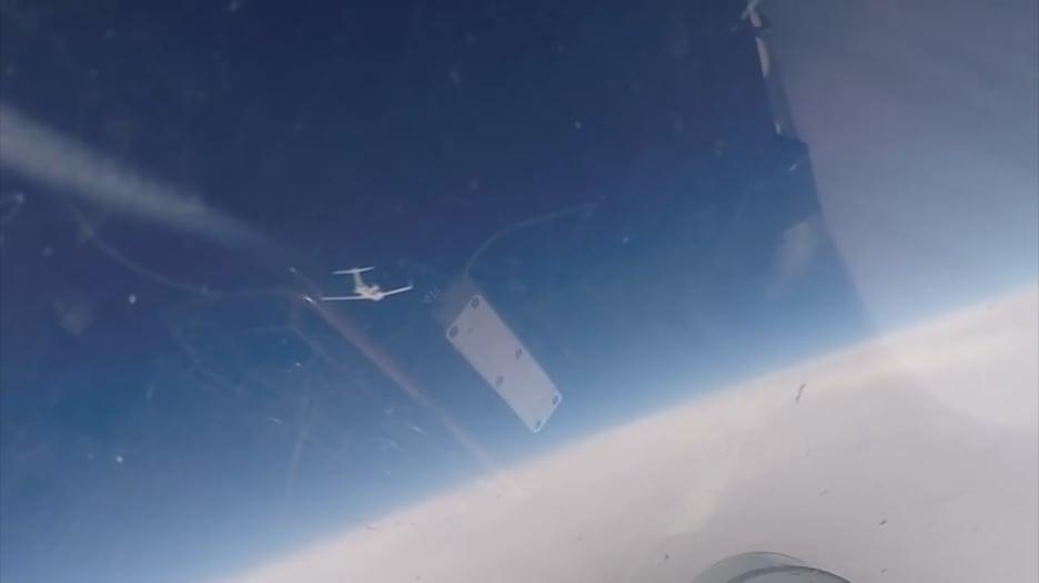 لحظة اعتراض مقاتلة روسية لطائرتين أمريكية وسويدية