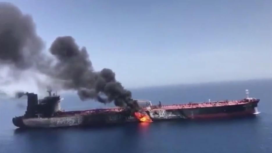 إيران تبث فيديو لنيران مشتعلة بإحدى السفينتين في خليج عمان