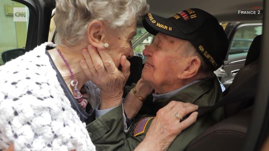 عاشقان يلتقيان بعد 75 عاماً على فراقهما.. والسبب صورة