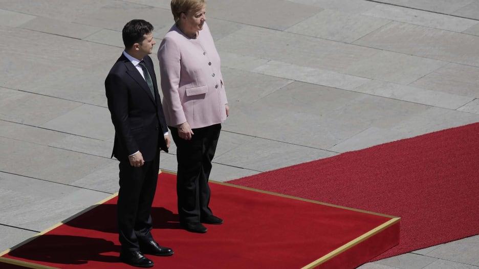 ارتعاش غريب لأنجيلا ميركل باستقبال رئيس أوكرانيا.. ماذا حصل؟