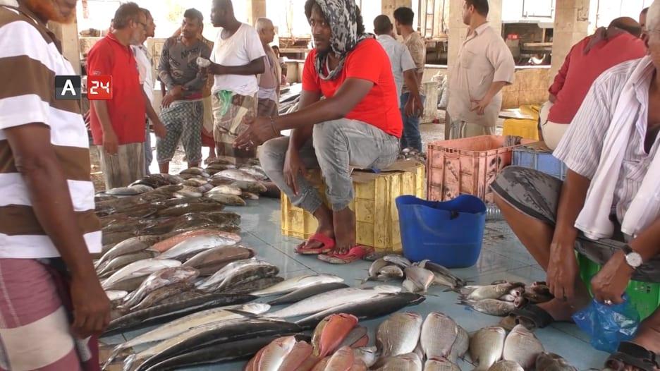 """داخل سوق """"صيرة""""..إحدى أشهر أسواق بيع الأسماك في عدن"""