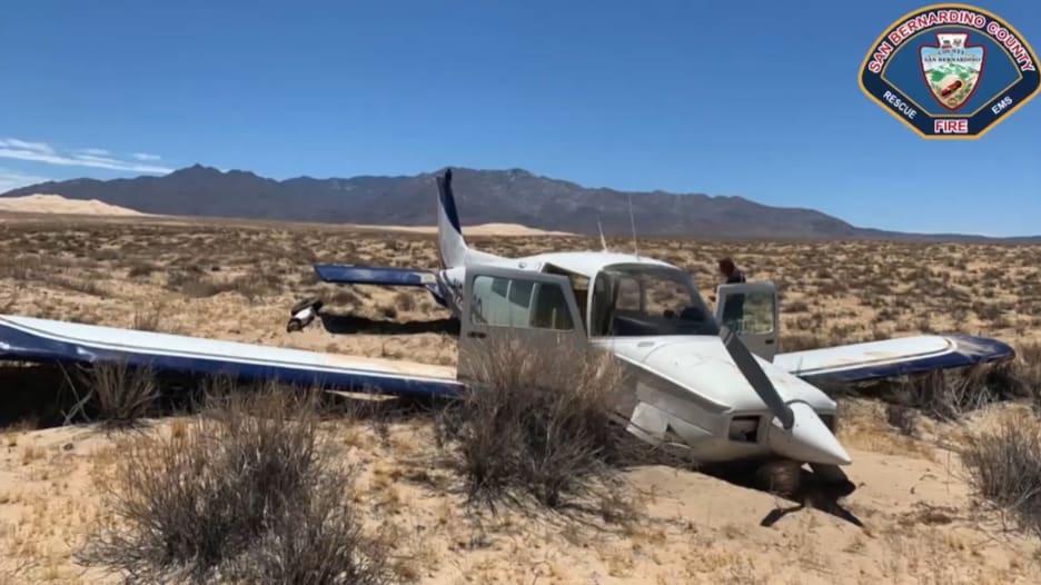 شاهد من داخل الطائرة.. لحظة هبوط اضطراري في الصحراء