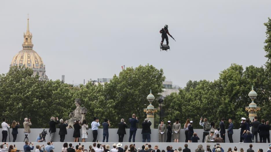 """""""رجل طائر"""" يحلق في سماء فرنسا"""