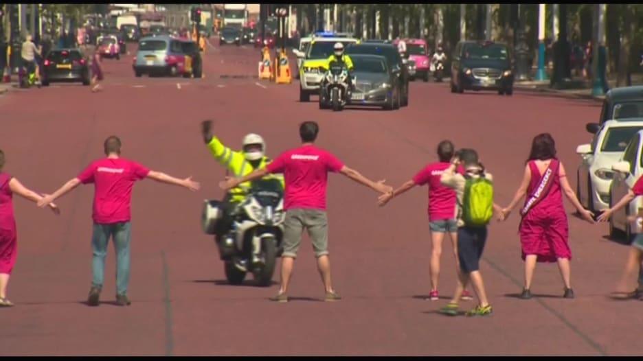 محتجون يعترضون موكب بوريس جونسون في طريقه للقاء ملكة بريطانيا